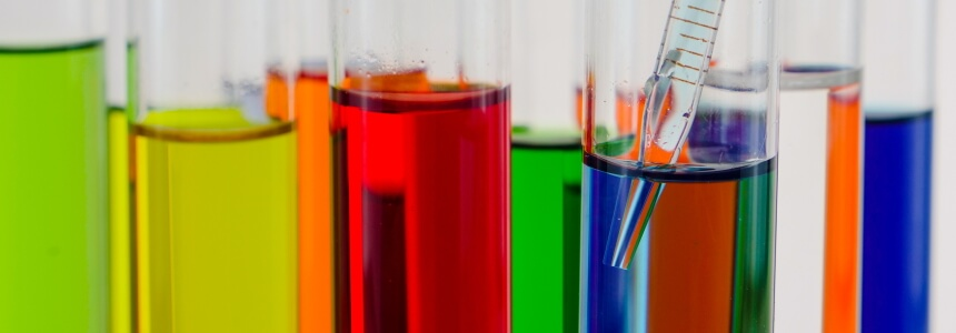 Pipette und Reagenzgläser. Geschenke für Biologen und Chemiker
