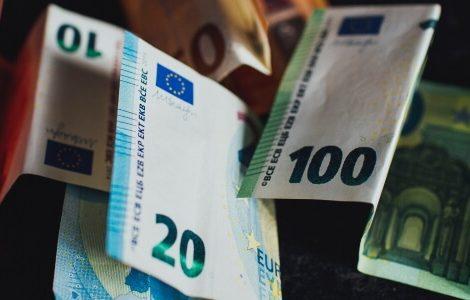 Geldscheine falten. Verschiedene Euro-Scheine.