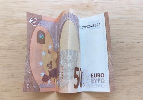 50 Euro Schein zu W gefaltet.
