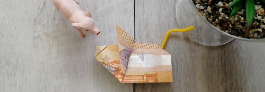 Gefaltetes Geldschwein mit gelbem Schwanz
