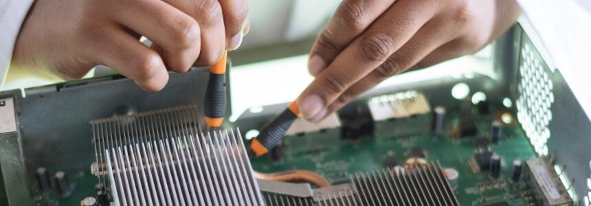 Techniker, der an einem Motherboard arbeitet. Geschenke zum Berufsabschluss.