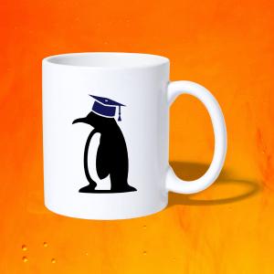 Tasse, bedruckt mit einem Pinguin mit einem Doktorhut.