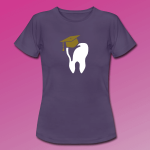 T-Shirt mit einem Zahn. Auf diesem ist ein Doktorhut.