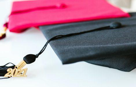 Roter und schwarzer Hut als Sinnbild für den Doktortitel.